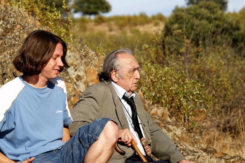 El bloguero y reseñista con un arisco Sánchez Ferlosio, sentados a las privilegiadas vistas de los Canchos de Ramiro