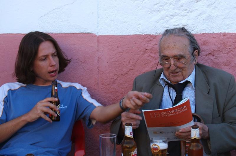 El bloguero y reseñista con Sánchez Ferlosio, tomando una más que merecida cerveza en Cachorrilla después del paseo por los Canchos de Ramiro